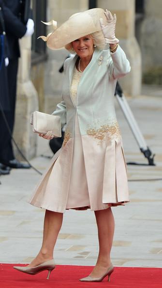 Королевская свадьба: Как Британия нарядилась к торжеству - Страница 2 Shlapki_na_korolevskoy_svadbe_ke_readmas.ru_15