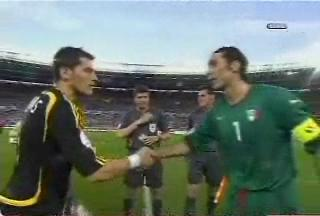 El Gato - San Iker Casillas - Page 4 Cassials-and-buffon-2-captains-spain-vs-italy