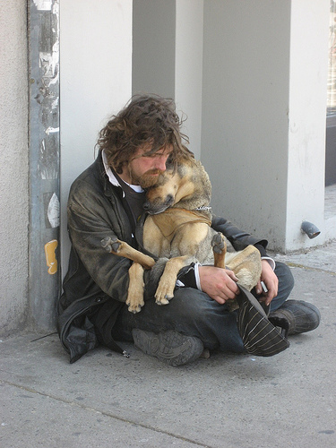 Najbolji prijatelj Homeless_man_cuddling_dog_0