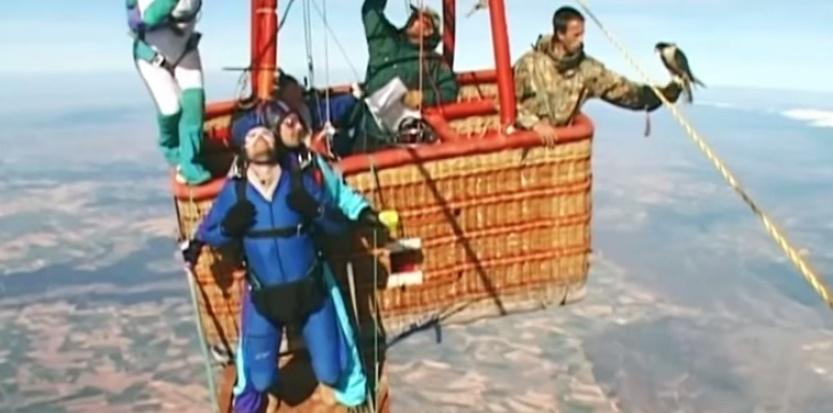 Faucon contre parachutiste : qui est le plus rapide ? 13617803-video-faucon-contre-parachutiste-qui-est-le-plus-rapide