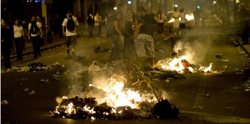 Manifestations au Brésil: la plus grande mobilisation des 20 dernières années contre la vie chère et la coupe du monde  5941649-bresil-scenes-de-chaos-a-rio-de-janeiro