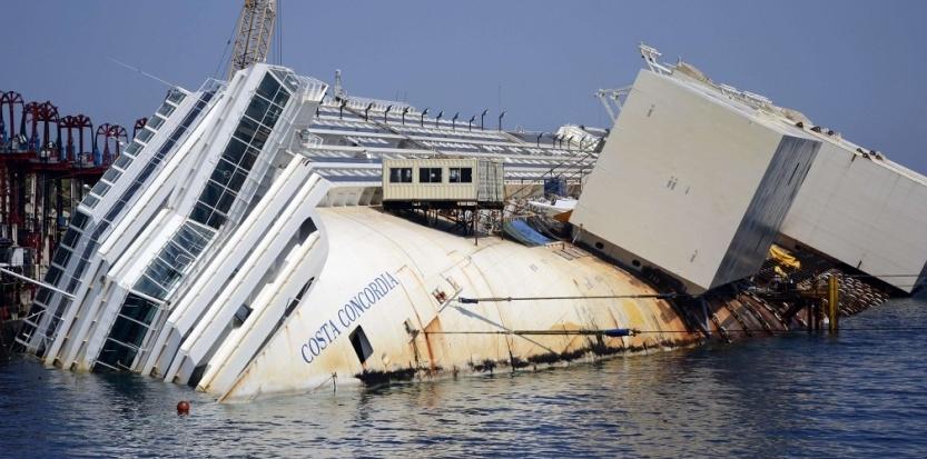 """Jour """"J"""" pour le renflouement du Costa Concordia. Par Olivier Lascar 6190591-jour-j-pour-le-renflouement-du-costa-concordia"""