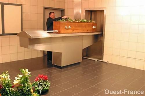 Le respect dû aux morts se perd au Québec et ailleurs dans le monde... - Page 4 4106278642