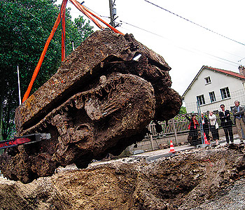"Quelques photos plus ou moins ""intéressante"" WWII-tank-found-under-French-road-6079156"