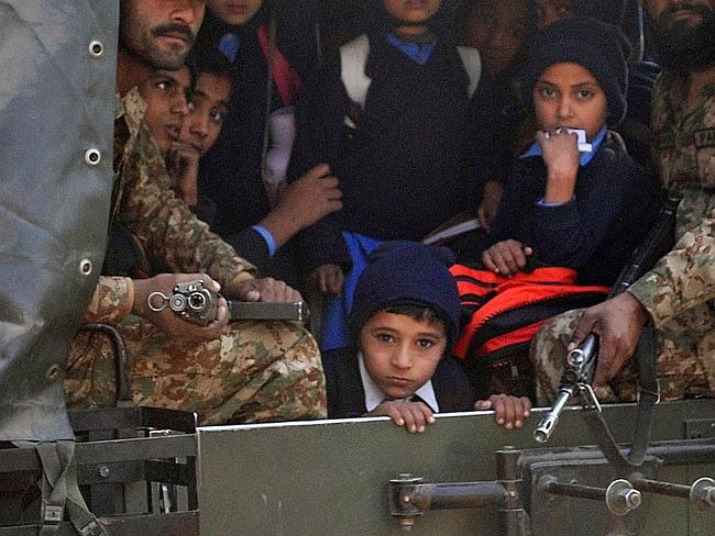 பாகிஸ்தான் பள்ளியில் பயங்கரவாத தாக்குதலுக்கு 132 குழந்தைகள் பலி 775687-634387dc-851b-11e4-917d-bf0f063a4996