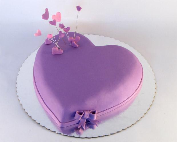 VIOLET - Page 3 Torta-u-obliku-ljubicastog-srca-sa-malim-srcima