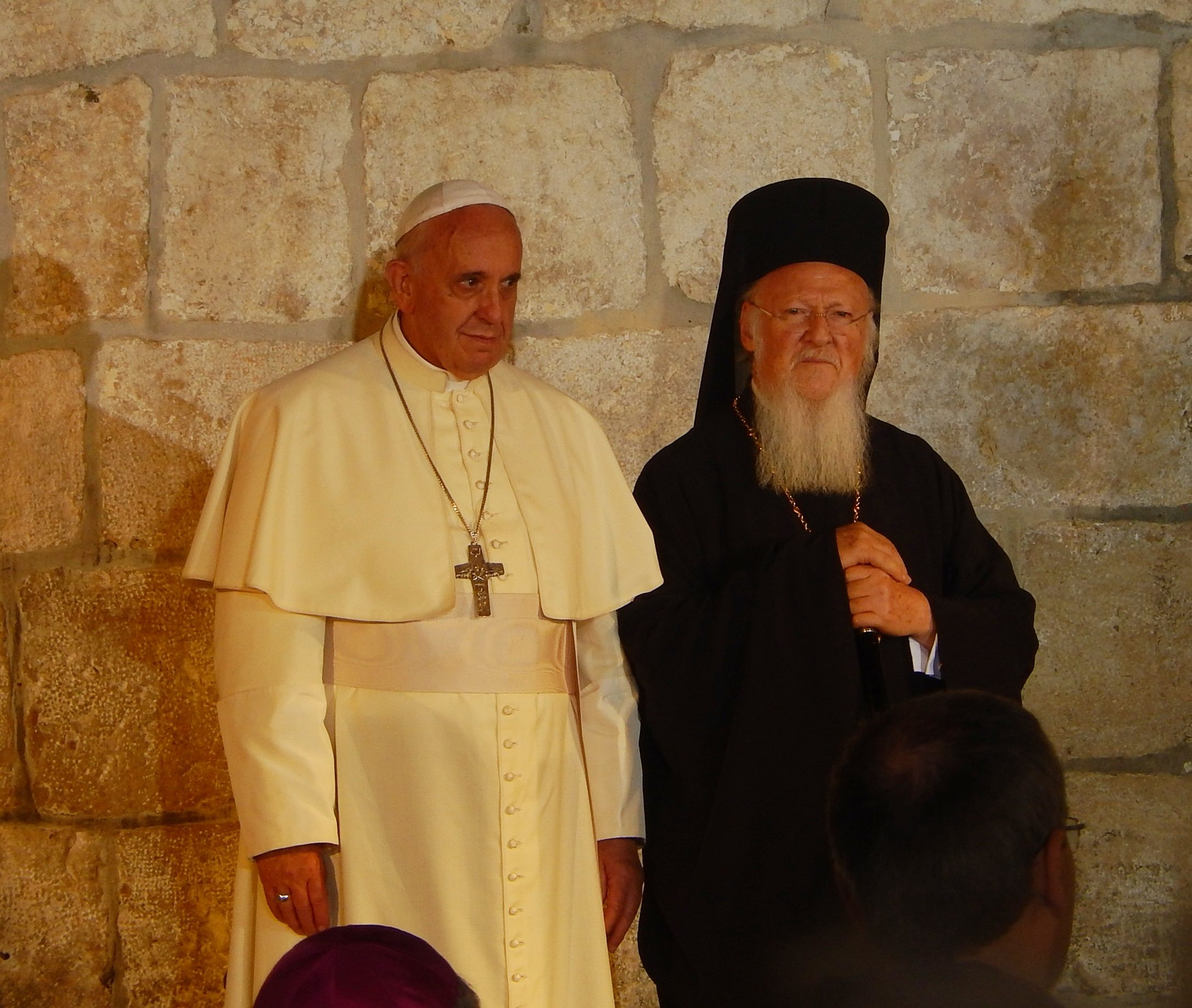 Чем православие отличается от католицизма Pope_Franciscus__Patriarch_Bartholomew_I_in_the_Church_of_the_Holy_Sepulchre_in_Jerusalem_1