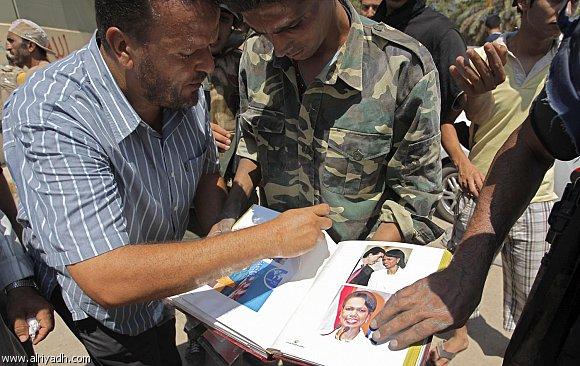 """القذافي يحتفظ بألبوم صور لحبيبته.. """"كونداليزا رايس""""  635190822530"""
