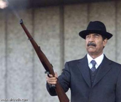 رئيس العراق المزيف يهدي بندقية صدام حسين لوزير الكويت 104750914033