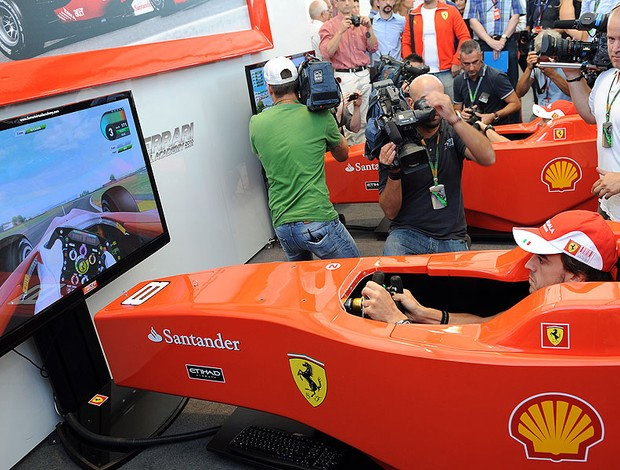 Ferrari revela novo simulador online  Alonso_simulador_afp_95