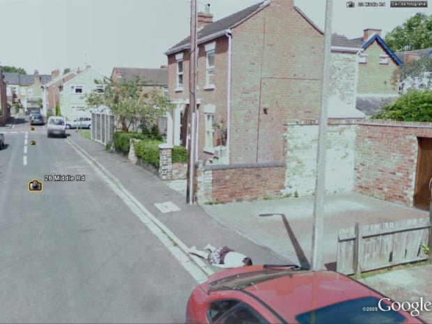 'Google Street View' flagra corpo em calçada, mas era só menina brincando Untitled-9