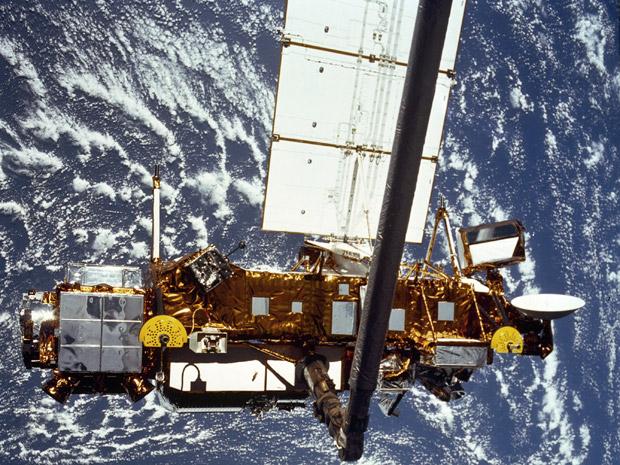 Satélite norte-americano cairá na Terra nesta sexta, prevê Nasa Qqfalling-satellite_fran