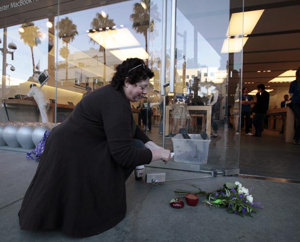 Fãs vão a lojas da Apple para homenagear Steve Jobs Fa_apple1