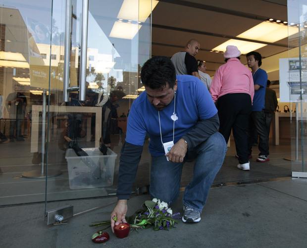 Fãs vão a lojas da Apple para homenagear Steve Jobs Fa_apple2