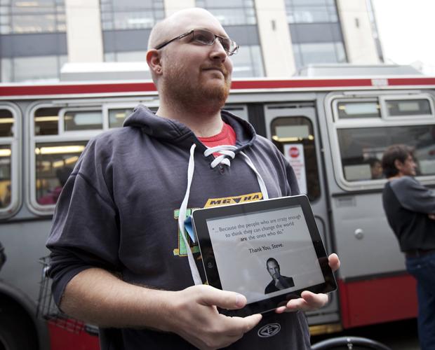 Fãs vão a lojas da Apple para homenagear Steve Jobs Fa_apple3