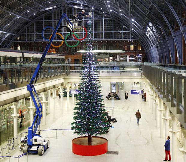 Conheça a maior árvore de Natal do mundo montada com peças de Lego. Arvore_gigante_feita_de_lego_em_londres