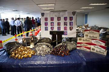 aeroporto - [Internacional] Como trabalhadores do aeroporto JFK teriam roubado mais de 100 mil minigarrafas OB-UO112_NYJFK0_E_20120912174325