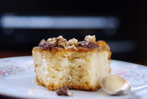 Простой сладкий пирожок под глазурью из джема и грецких орехов 68dbe65b1755