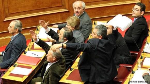 Batalla campal a pocas horas de que se vote el ajuste de la troika Mayrikos
