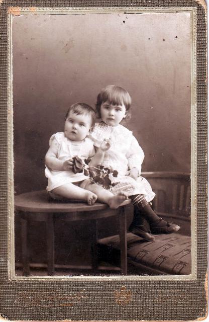 Фотографии с которых смотрят наши предки.... 189e955cc5d7