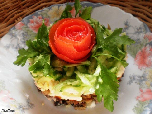 Слоеный салат с грибами, курицей и черносливом  28e590ea1d38