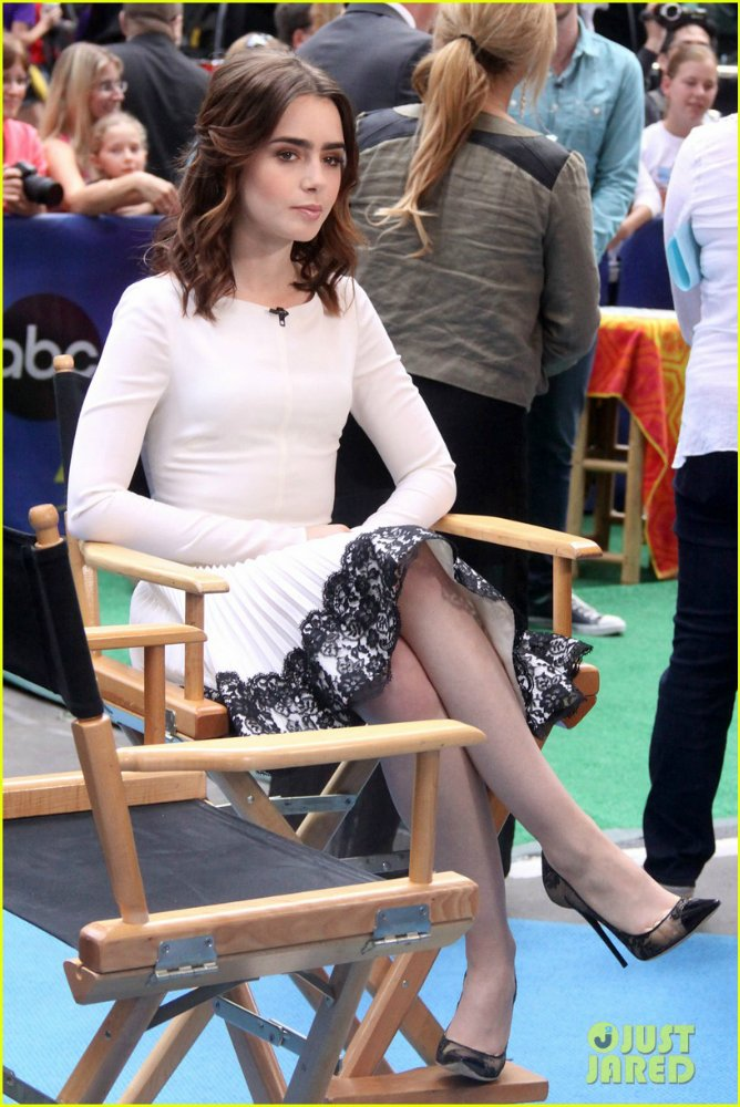 Lily Collins  9525924263f7