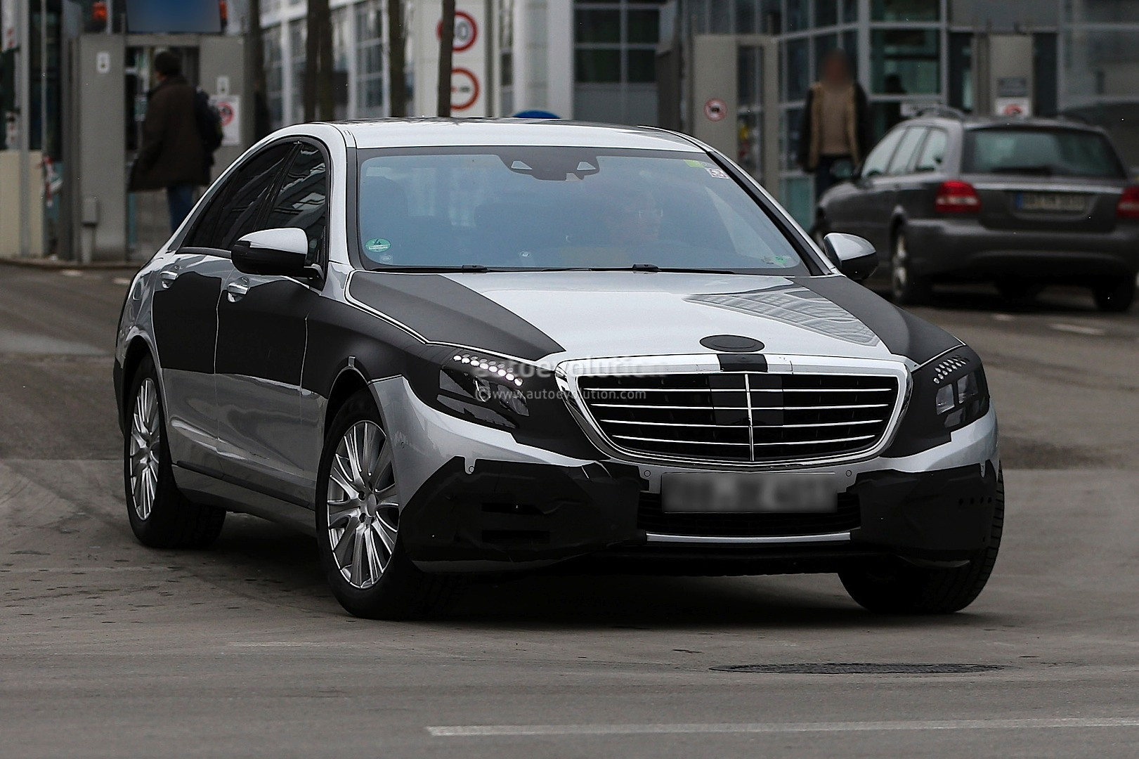 2013 - [Mercedes] Classe S [W222] - Page 21 Spyshots-2014-mercedes-s-class-almost-loses-camo_1