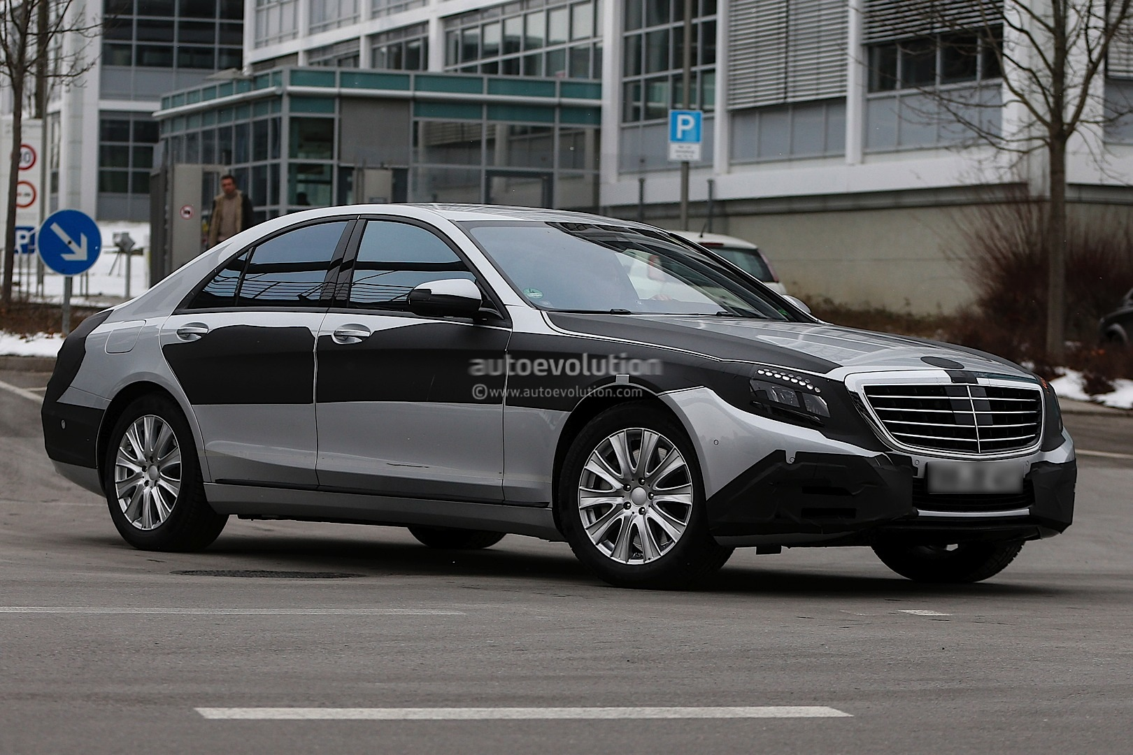 2013 - [Mercedes] Classe S [W222] - Page 21 Spyshots-2014-mercedes-s-class-almost-loses-camo_2
