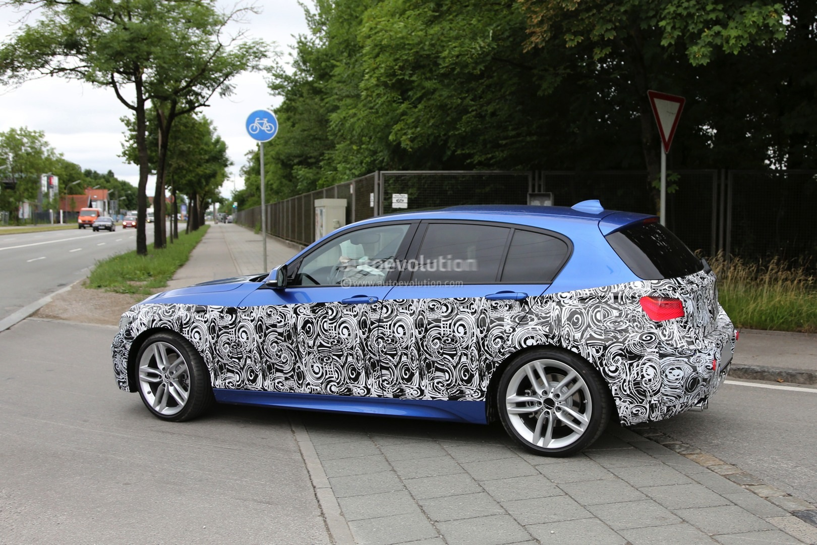 2015 - [BMW] Série 1 restylée [F20/21] - Page 7 2015-bmw-1-series-facelift-spied-with-a-new-face-photo-gallery_4