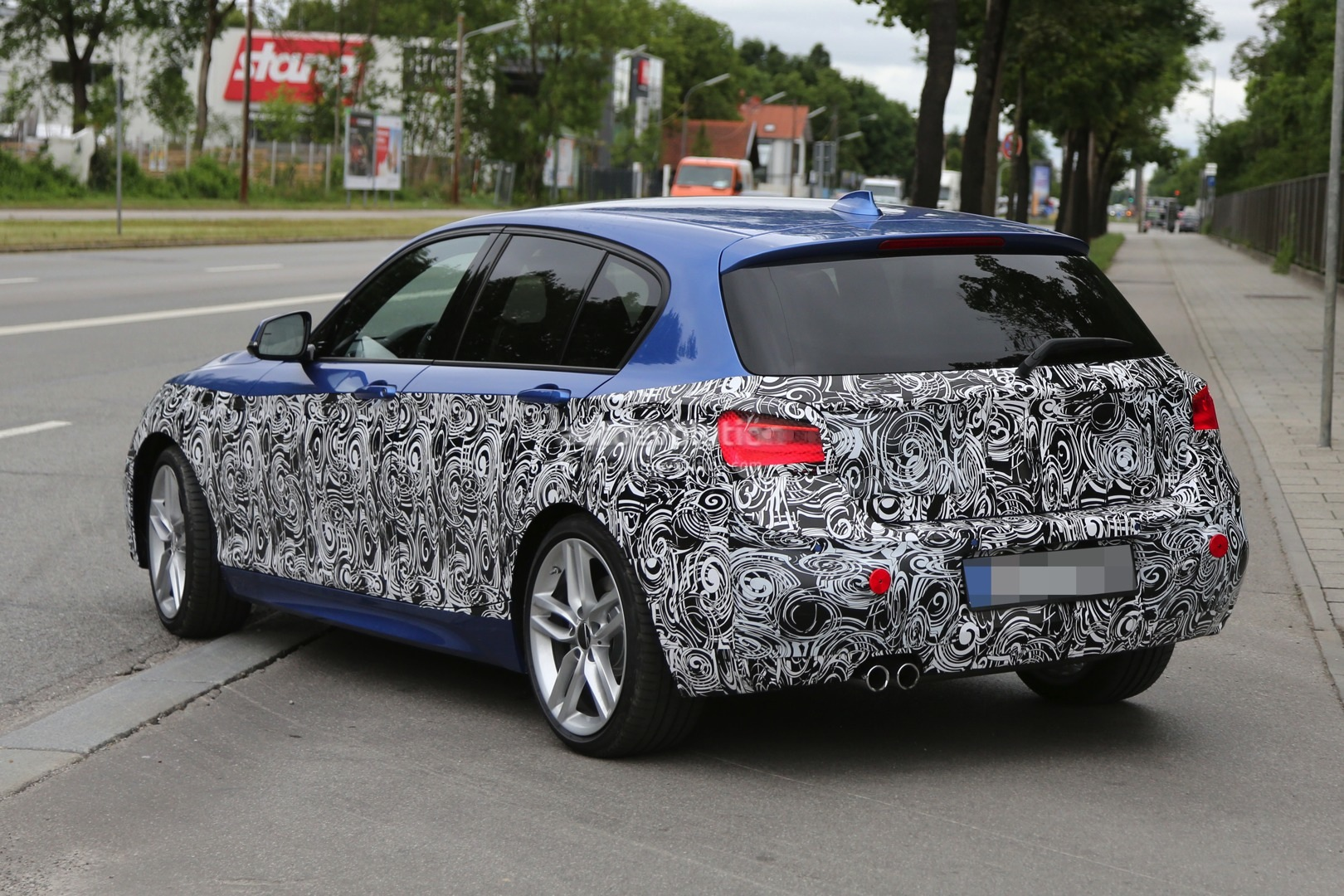 2015 - [BMW] Série 1 restylée [F20/21] - Page 7 2015-bmw-1-series-facelift-spied-with-a-new-face-photo-gallery_5
