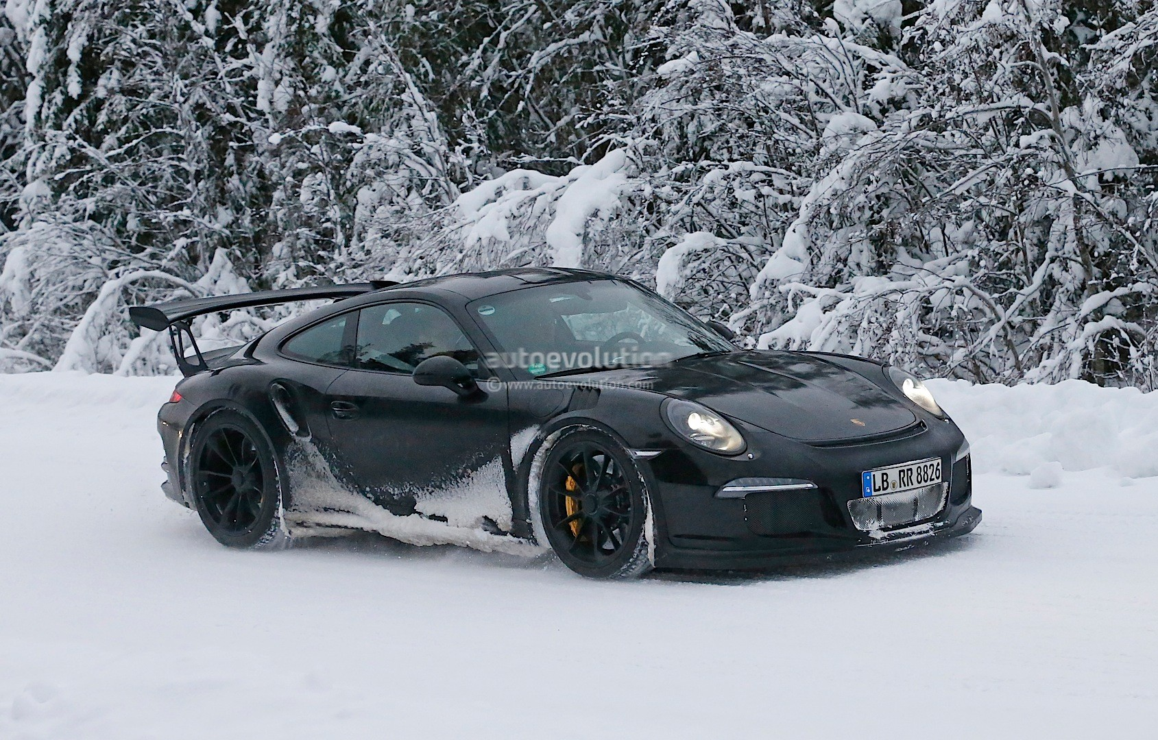 2011 - [Porsche] 911 [991] - Page 7 2015-porsche-911-gt3-rs-spied-playing-in-the-snow-photo-gallery_1