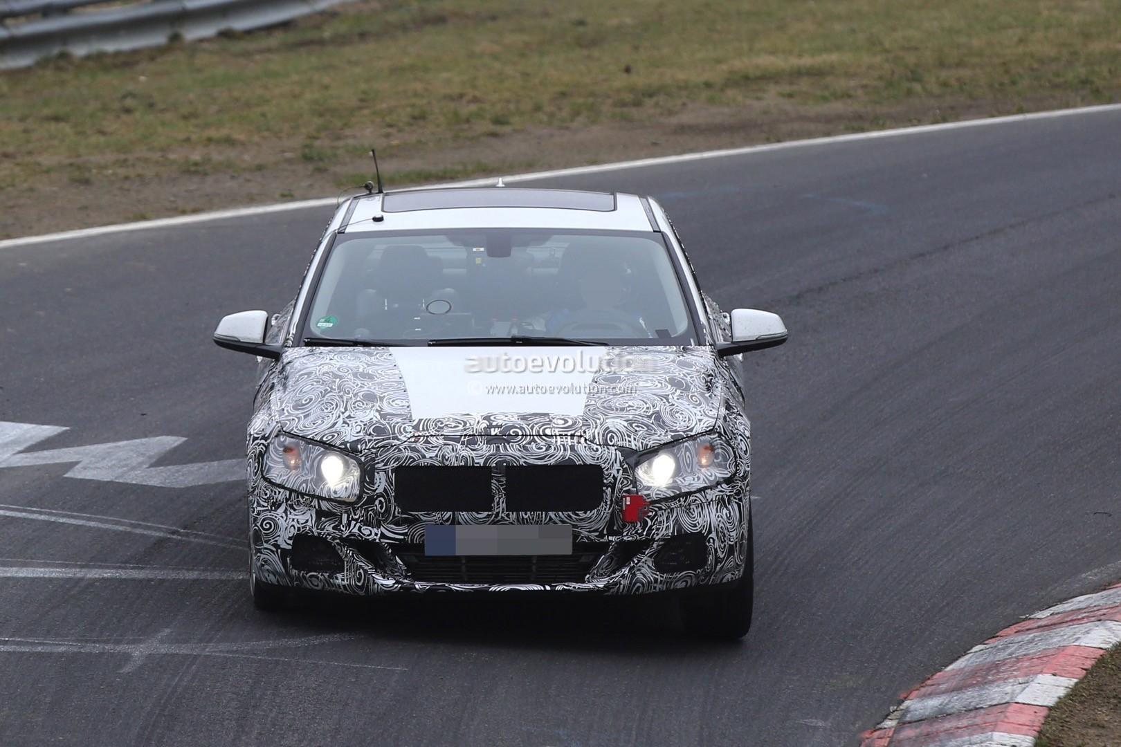 2016 - [BMW] Série 1 Sedan [F52] - Page 5 2016-bmw-1-series-sedan-spied-testing-on-the-nurburgring-video_8