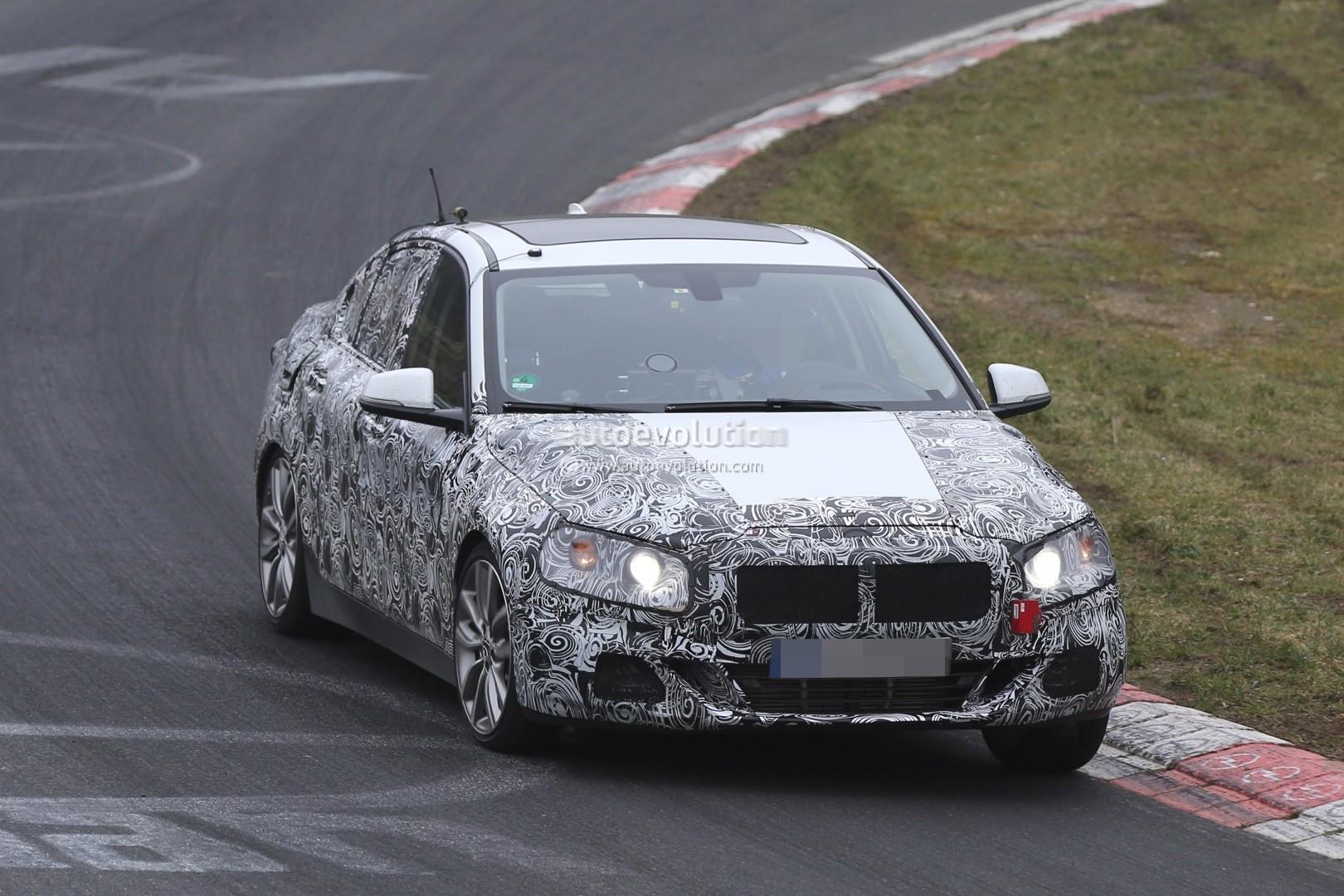 2016 - [BMW] Série 1 Sedan [F52] - Page 5 2016-bmw-1-series-sedan-spied-testing-on-the-nurburgring-video_9