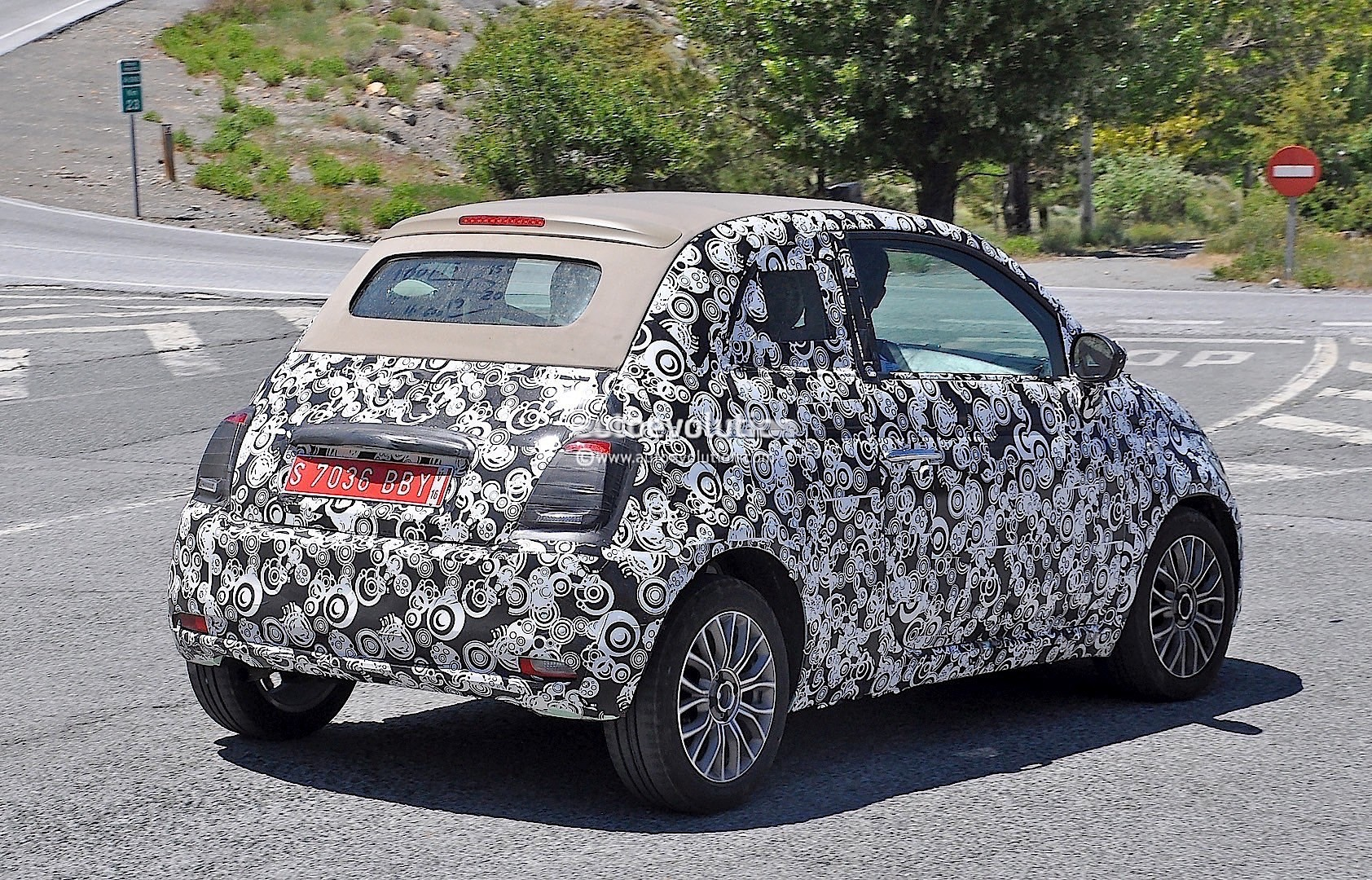 2015 - [Fiat] 500 Restylée - Page 12 2016-fiat-500-facelift-spied-testing-under-the-summer-sun-photo-gallery_6