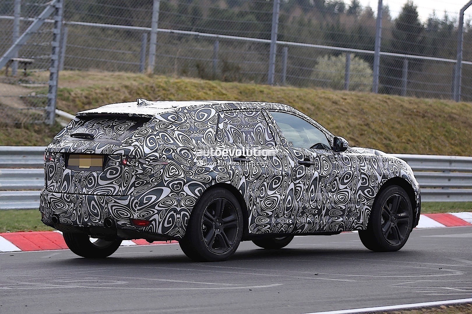 2015 - [Jaguar] F-Pace - Page 8 2016-jaguar-f-type-suv-spied-lapping-the-nurburgring-photo-gallery_11