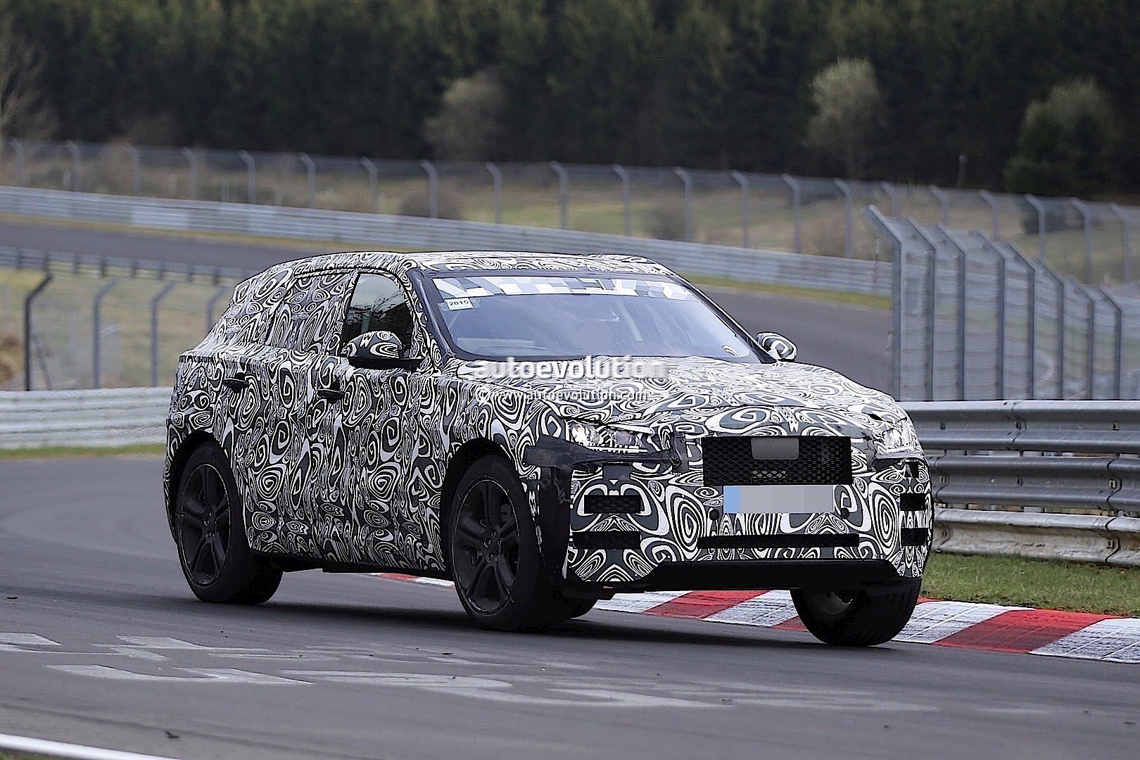 2015 - [Jaguar] F-Pace - Page 8 2016-jaguar-f-type-suv-spied-lapping-the-nurburgring-photo-gallery_8