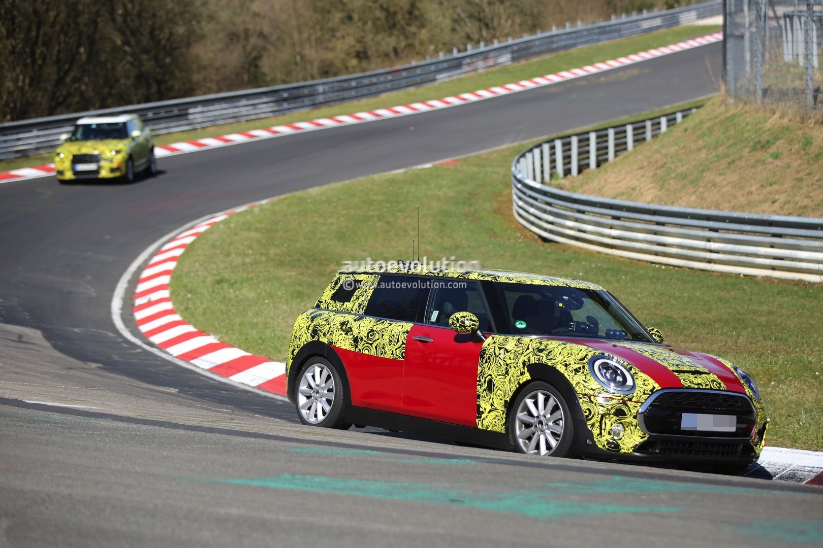 2015 - [Mini] Mini IV Clubman [F54] - Page 13 2016-mini-cooper-s-clubman-shows-new-details-on-the-nurburgring_3