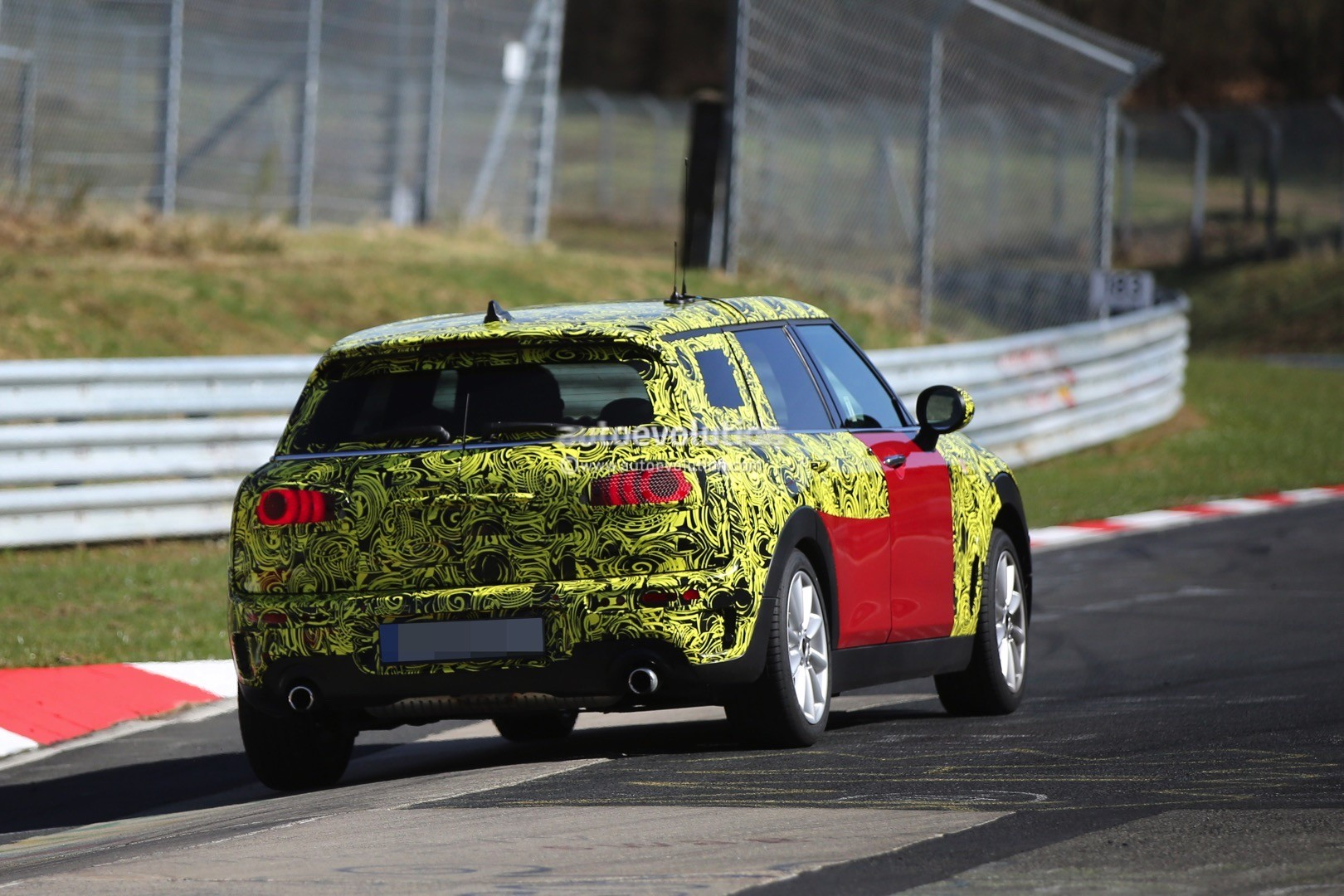2015 - [Mini] Mini IV Clubman [F54] - Page 13 2016-mini-cooper-s-clubman-shows-new-details-on-the-nurburgring_6