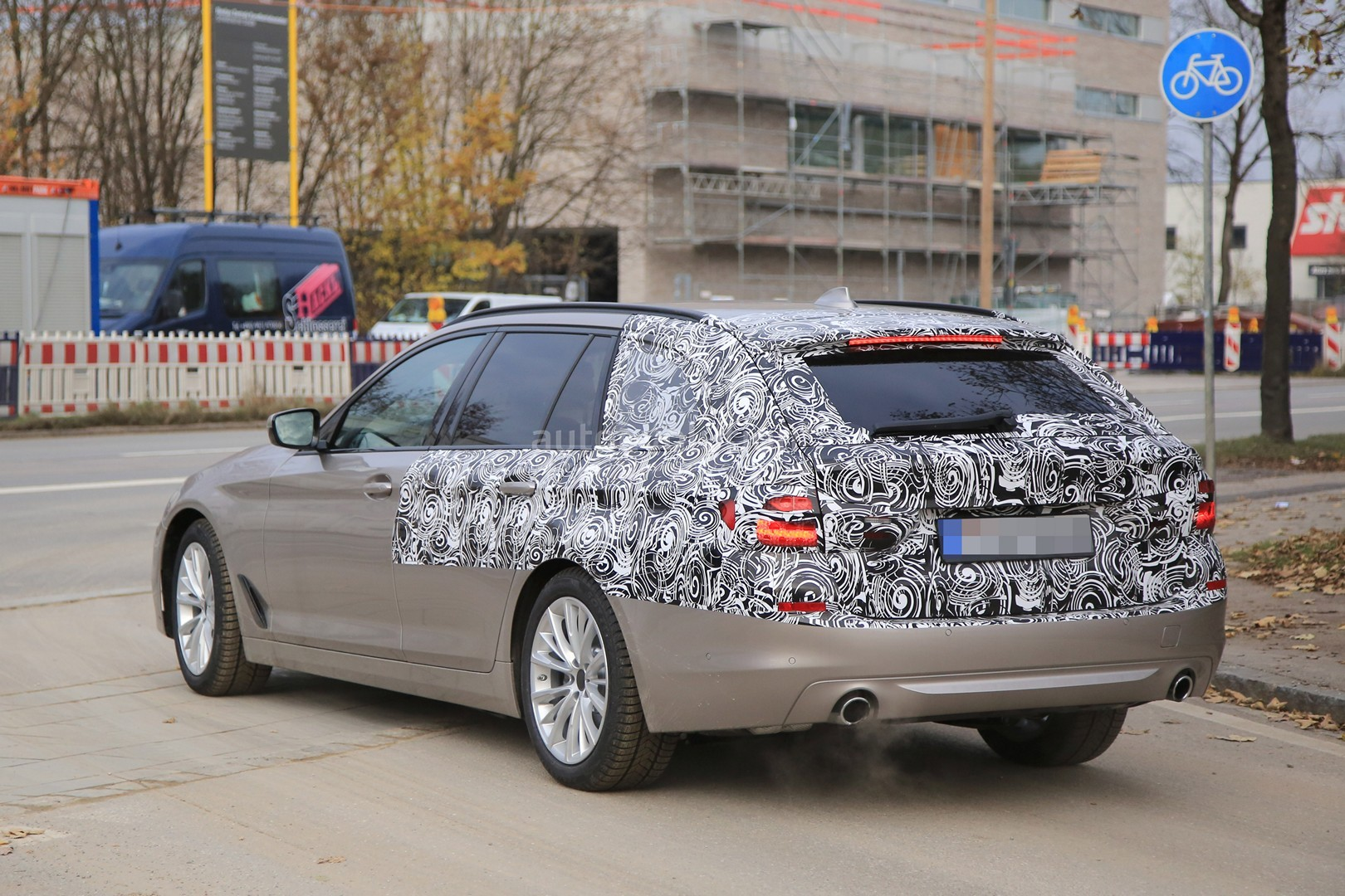 2016 - [BMW] Série 5 Berline & Touring [G30/G31] - Page 26 2017-bmw-5-series-touring-sheds-camo-likely-to-debut-in-geneva_7
