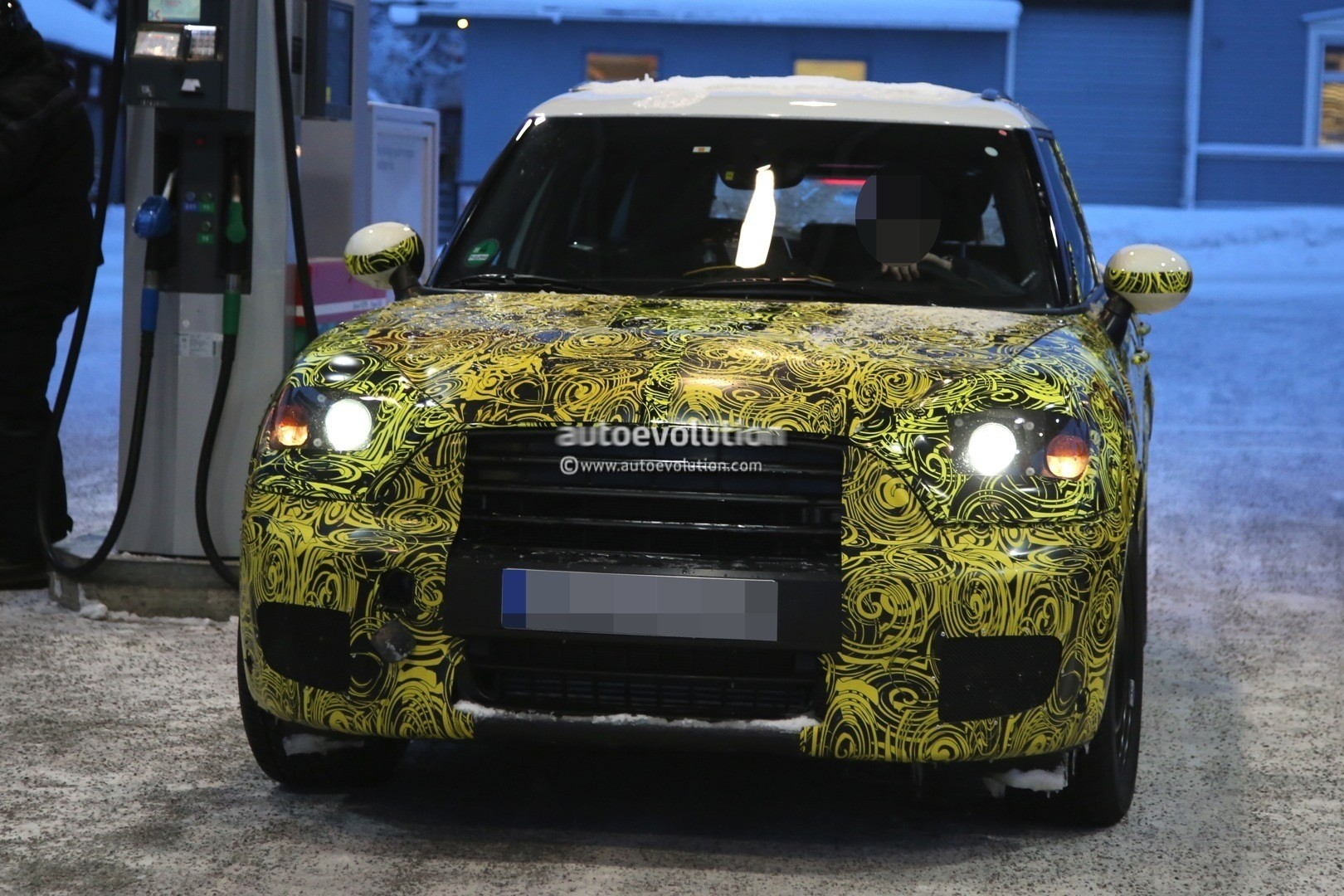 2016 - [Mini] Countryman II [F60] - Page 3 2017-mini-countryman-prototype-spied-playing-in-the-snow-photo-gallery_16