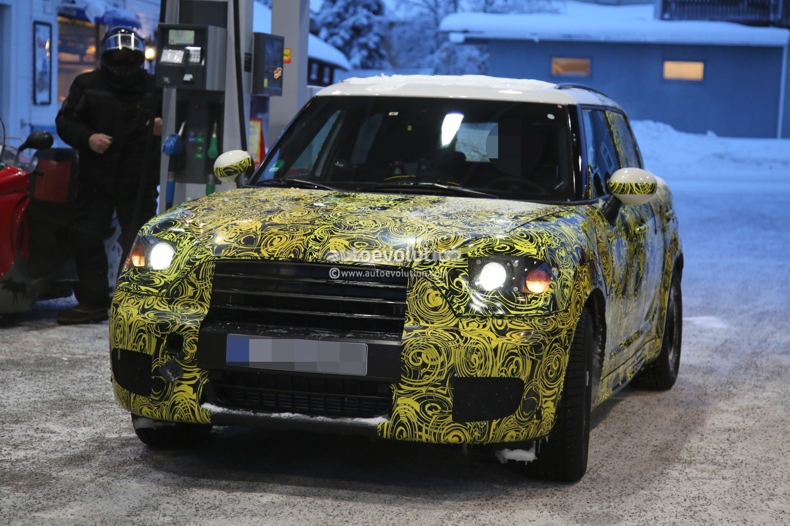 2016 - [Mini] Countryman II [F60] - Page 3 2017-mini-countryman-prototype-spied-playing-in-the-snow-photo-gallery_17