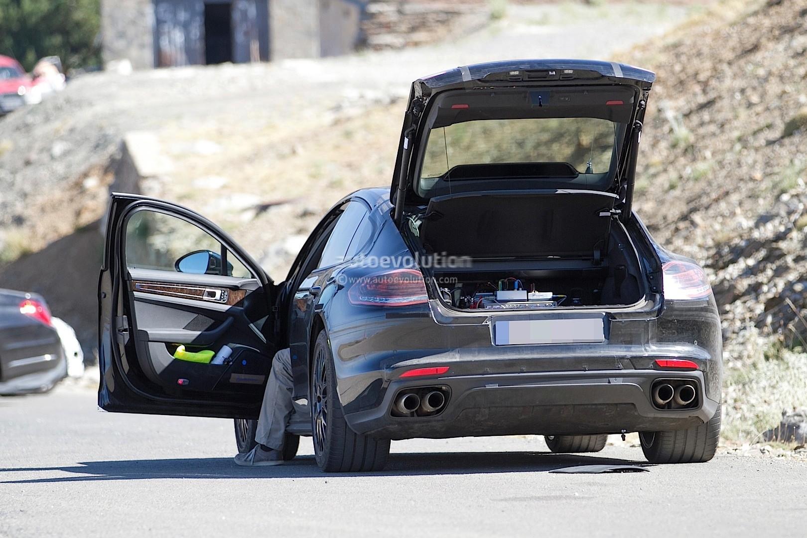 2016 - [Porsche] Panamera II - Page 4 2017-porsche-panamera-interior-partially-revealed-in-latest-spyshots_4