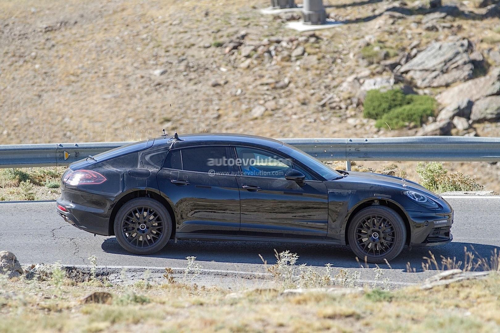 2016 - [Porsche] Panamera II - Page 4 2017-porsche-panamera-interior-partially-revealed-in-latest-spyshots_6