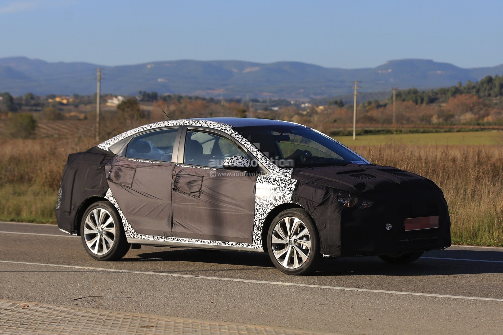 2017 - [Hyundai] Accent 2018-hyundai-accent-spied-in-europe-driver-isnt-happy-about-it_11