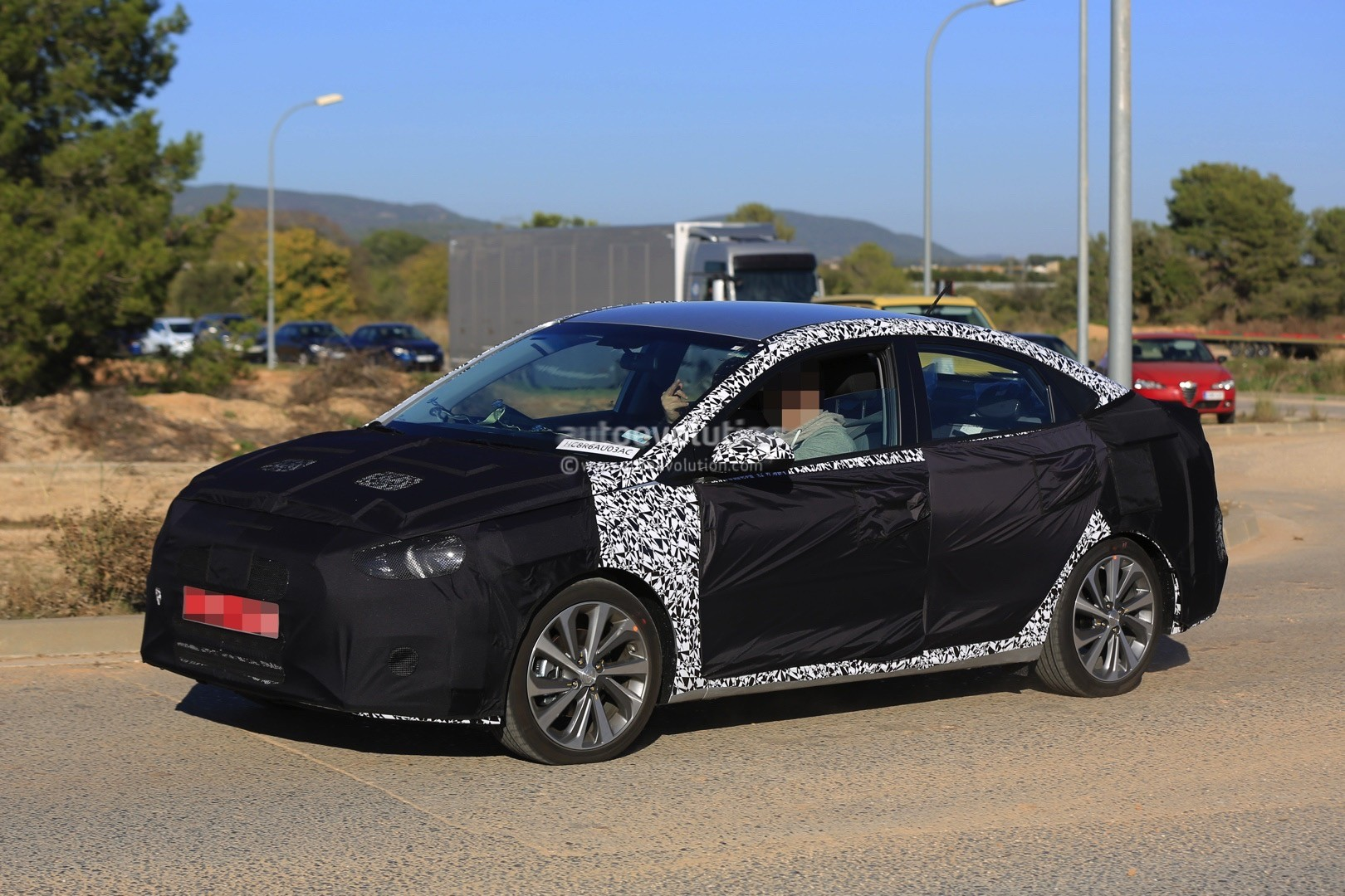 2017 - [Hyundai] Accent 2018-hyundai-accent-spied-in-europe-driver-isnt-happy-about-it_4