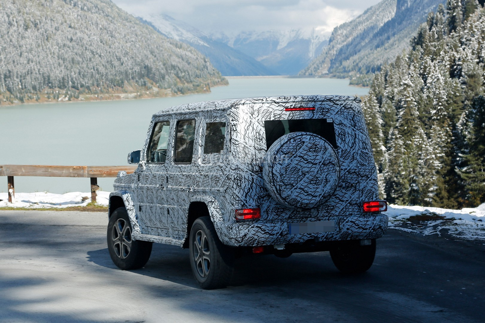 2017 - [Mercedes-Benz] Classe G II - Page 2 2018-mercedes-g-class-sees-snow-gets-ready-for-winter-testing_1
