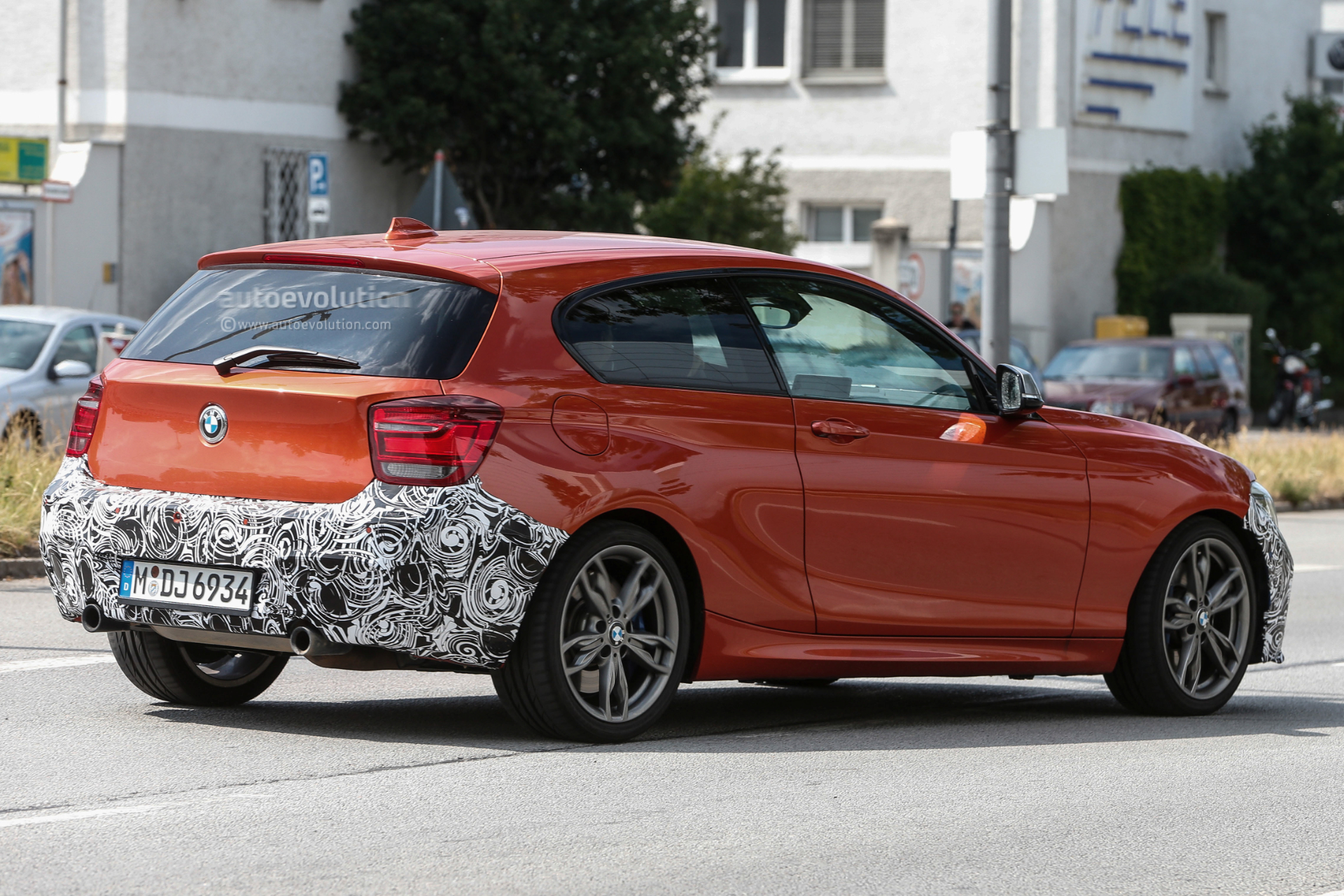2015 - [BMW] Série 1 restylée [F20/21] - Page 7 Bmw-1-series-facelift-rolls-into-view_4