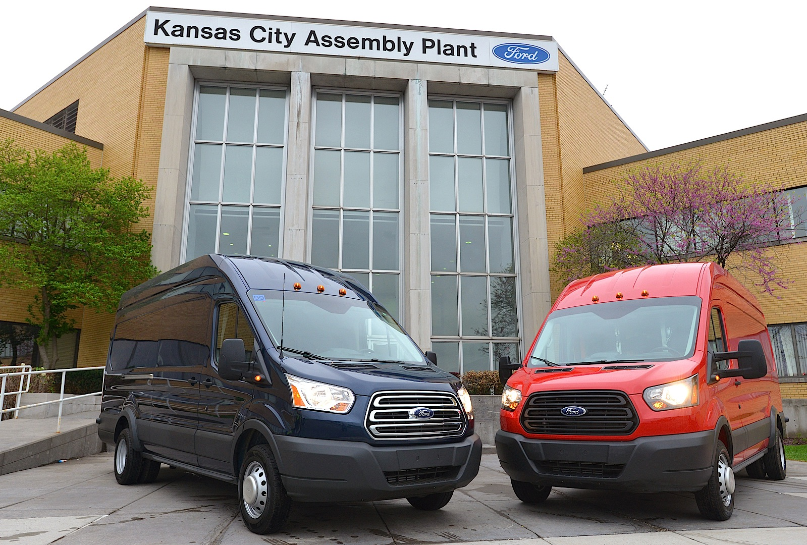 2013 - [Ford] Transit (Connect & MaxiVan) - Page 4 Ford-starts-2015-transit-van-production-photo-gallery_5