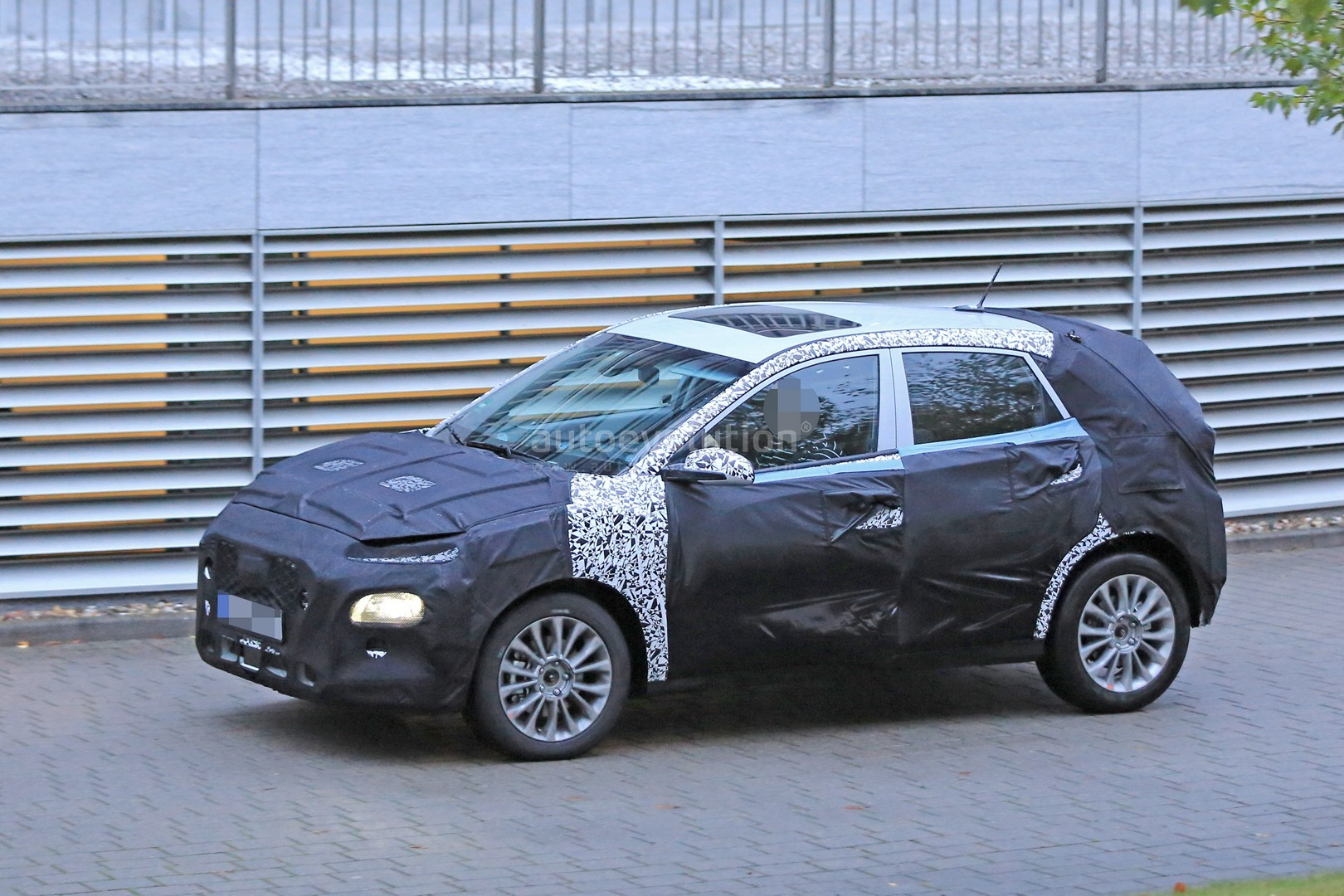 2017 - [Hyundai] Kona - Page 2 Hyundai-b-suv-prototype-spied-with-c4-cactus-face-and-sleek-body_12