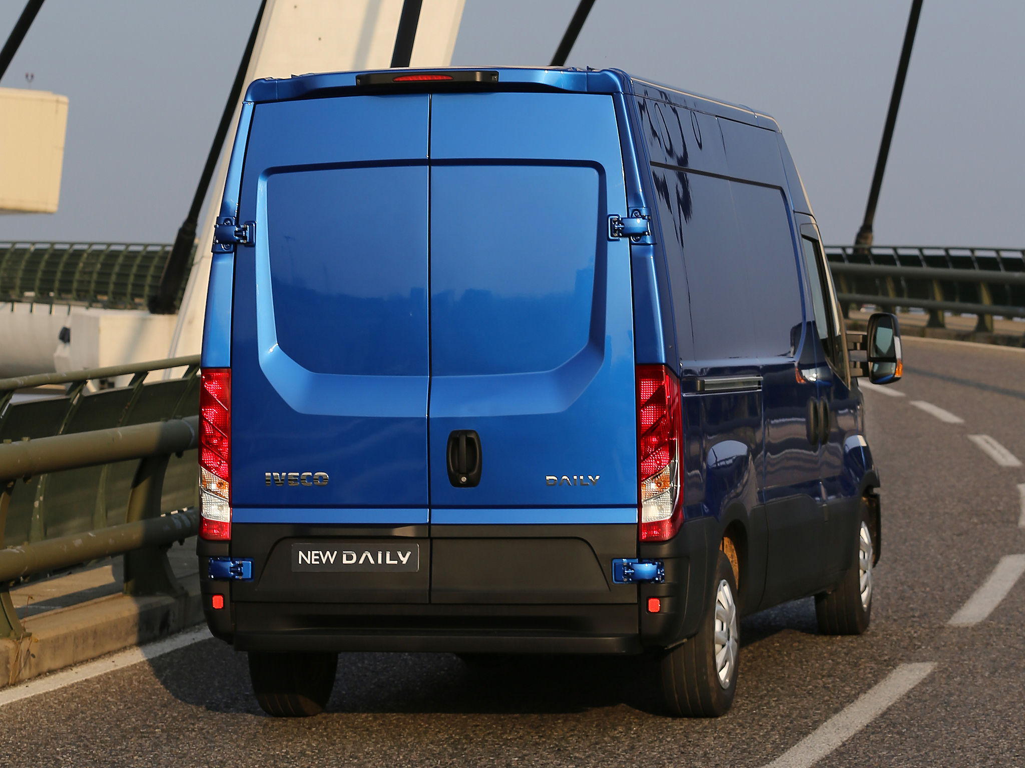 2014 - [Iveco] Daily - Page 3 Iveco-reveals-the-new-daily-for-2014-say-it-s-80-redesigned-photo-gallery_23